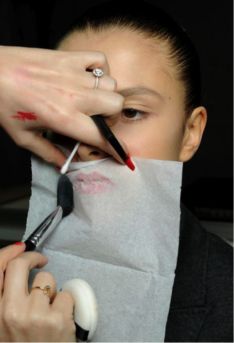 Tip poeder over lipstick heen